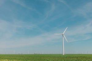 Windmolen tegen een blauwe hemel