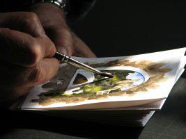 Iemand maakt een schilderij. Je ziet een hand die een penseel vasthoudt
