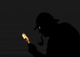 Een detective heeft een pijp in zijn mond, hij speurt door zijn vergrootglas.