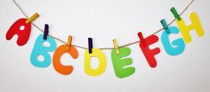 gekleurde letters van het alfabet aan een wasdraad