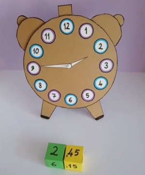 Analoge klok en dobbelstenen met digitale klok
