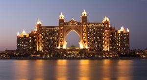 een erg groot verlicht hotel aan een meer