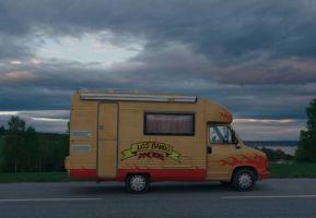 still uit de film Los Bando. Gele caravan waarop Los Bando staat.