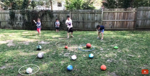 Screenshot video children play the hula hoop lasso game