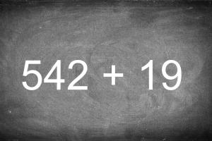 Schoolbord met oefening 542+19