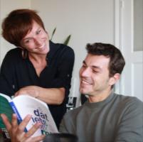 Nele Decroos en Jan Royackers die boek lezen
