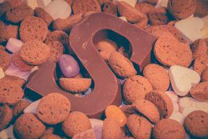 chocolade letter S met pepernoten rond