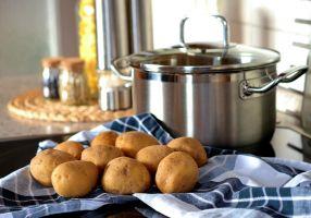 Ketel met aardappelen naast