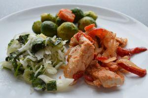 Bord met vlees en groente