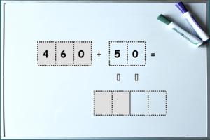 Whiteboard met voorbeeldoefening HT+T tot duizend