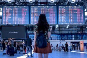 Meisje op de luchthaven