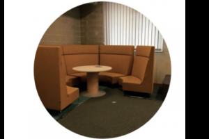 bruine zetels rond een ronde tafel