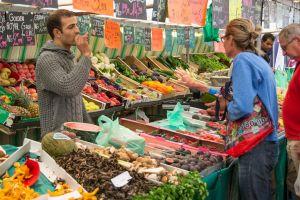 verkoper van groenten op de markt