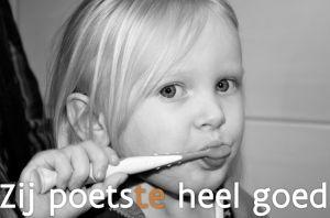 meisje dat tanden poetst