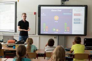 leraar naast het schoolbord voor de klas