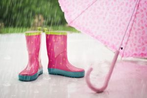 regenbotten en een roze paraplu