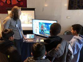 lerares en kinderen bij scherm met Classcraft op
