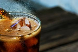 bruisend glas cola met ijs