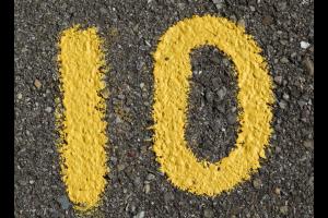 gele geschilderde 10 op de grond