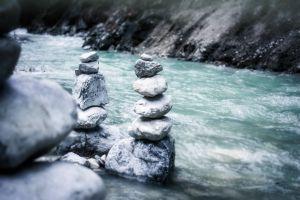 Stenen aan een rivier