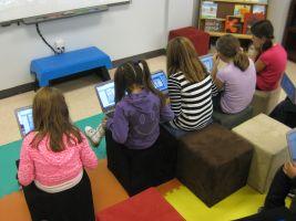 Kinderen werken op hun Chromebook.