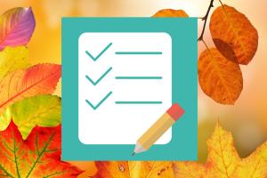 Herfstbblaadjes als achtergrond en lijstje met potlood als voorgrond