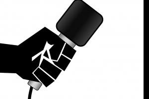 hand die een microfoon vasthoudt