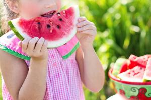 meisje eet watermeloen