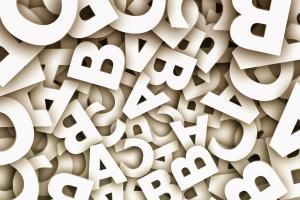 witte letters door elkaar