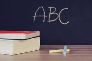 schoolboeken en krijtje op een tafel