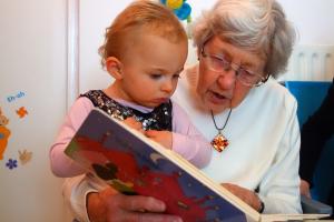 oma lees voor aan peuter