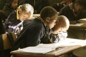 kinderen boven schoolboek