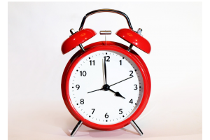 Analoge klok. Het is vier uur.