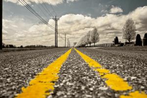 twee gele evenwijdige lijnen op de weg geschilderd