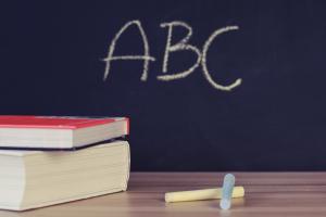 Op een krijtbord staan de letters ABC