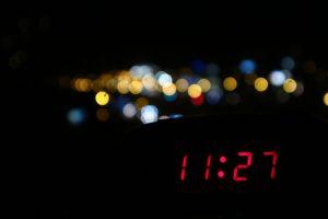 Nachtfoto met het uur digitaal geschreven