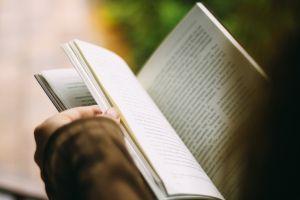 iemand leest in een boek