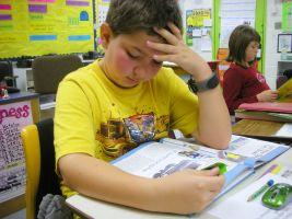 Jongen in klas die leest