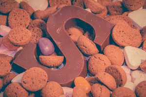 pepernoten rond de letter S in chocolade
