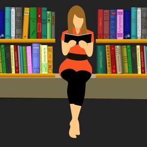 Vrouw zit te lezen tussen boeken