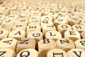 dobbelstenen waarop letters van het alfabet staan