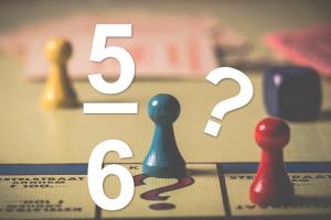 Spelbord als achtergrond en breuk 5/6  en een vraagteken