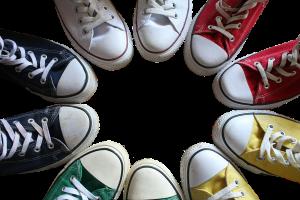 Verschillende sneakers in verscheidene kleuren