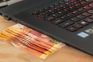 laptop met geld erin