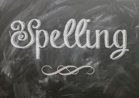 Het woord spelling geschreven met krijt op een bord