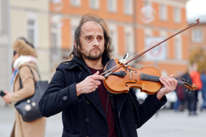 man plays the violin