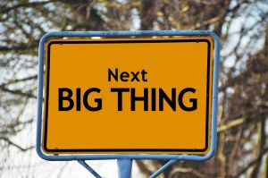 verkeersbord met vermelding next big ting