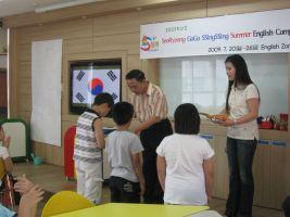 leerkrachten met leerlingen in de klas