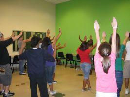 kinderen met armen omhoog in klas