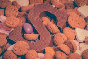 chocolade letter S tussen pepernoten